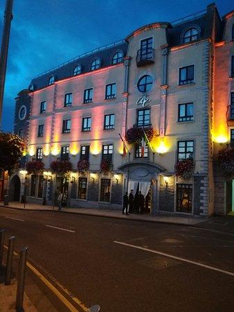 Bracken Court Hotel (une partie de la façade de nuit)