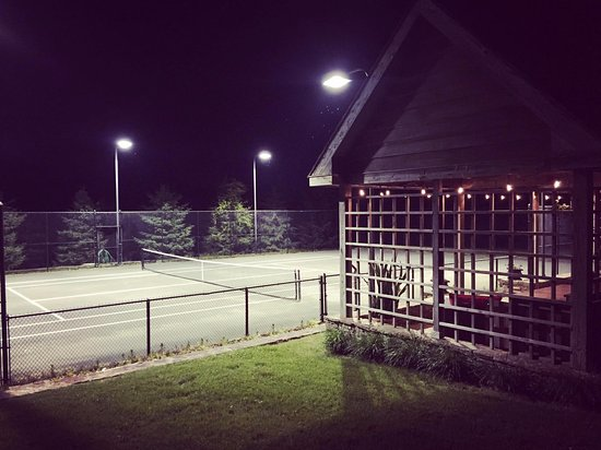 Inn at Whitewing Farm B&B: Tennis courts at night