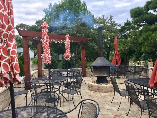 Jordan, AR: Cozy patio with live music Thursday and Sunday evenings.
