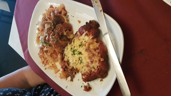 Rockland, Καναδάς: Was a good place to go for Italian if you like homemade pasta and we do. Sauce could be just a l
