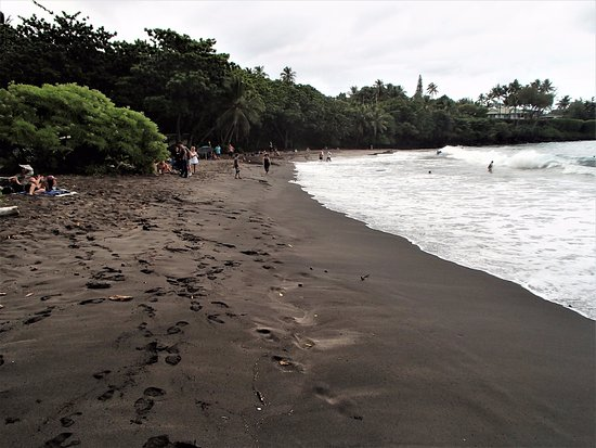 Hamoa Beach: AVERAGE BCH WITH DIFFICULT PARKING AND ACCCESS