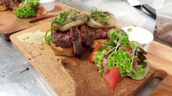 Saint Arnaud, Nowa Zelandia: Open beef sandwich, with mushroom duxelle and pickle mayo