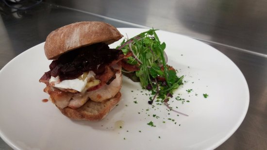 Saint Arnaud, Nowa Zelandia: Chicken & Bacon Sandwich, with red onion marmalade and brie