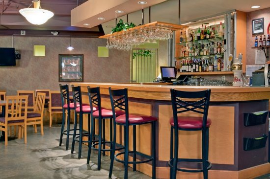 Holiday Inn Canmore: Bar and Lounge