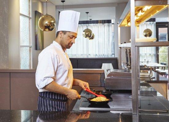 Hilton Garden Inn London Heathrow Airport : Breakfast Chef