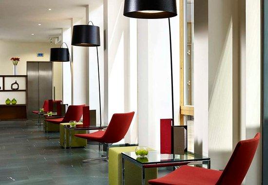 Hilton Garden Inn London Heathrow Airport : Hotel Lobby