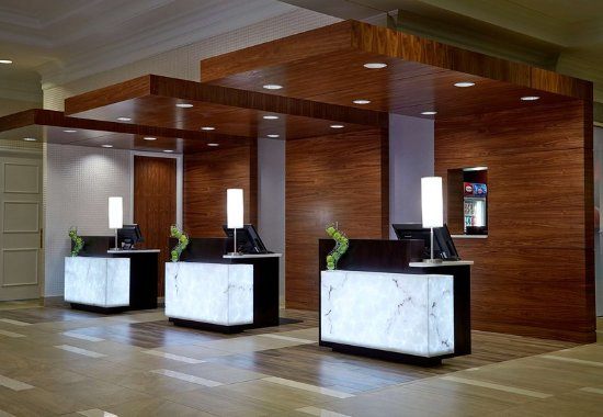 Pewaukee, WI: Front Desk