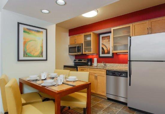 Richmond Heights, MO: Studio Suite - Kitchen