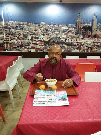 """Center Rambles Youth Hostel: Tourist at the """"Free Breakfast"""" in the hostel."""