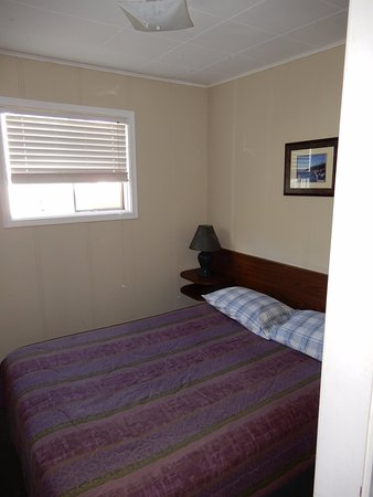 Salmo, Canadá: The second bed in second room bed is more worn out than first bed at front.