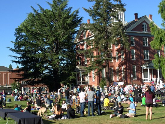 Salem, OR: on Willamette Univ.'s campus, some of the hundreds ready to witness  the 2017 total eclipse of t