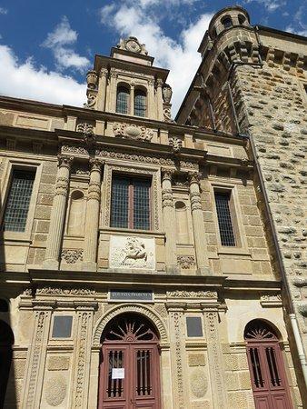 Langres, France : Extérieur du Château 5