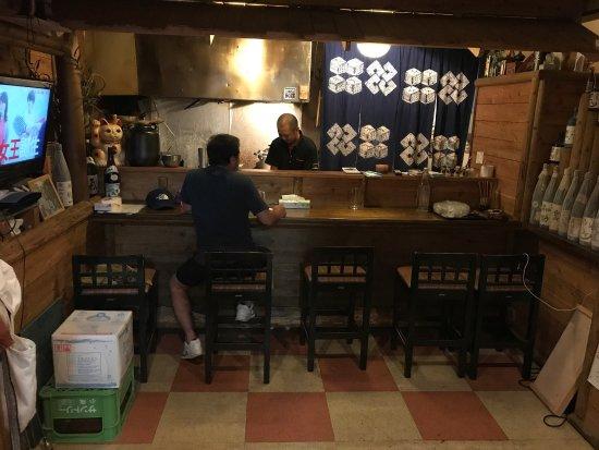 Oshima-gun Wadomari-cho, Jepang: 二階の奥にある 味処ささがわ おすすめ料理は、豚足てぃびち 脂濃くなく甘味があり美味しいです。 生ビール、酎ハイ、焼酎もしっかりと用意して有り飲み物、食べ物も十分に有ります。関西に住んでた事も