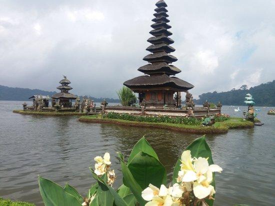 Tabanan, Indonesia: tempio sul lago
