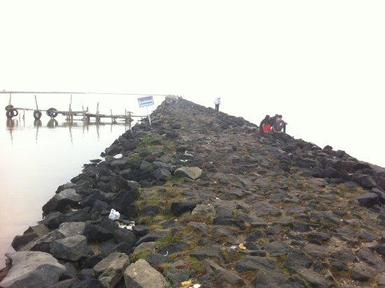 Kejawanan Beach: Jajaran batuan pantai