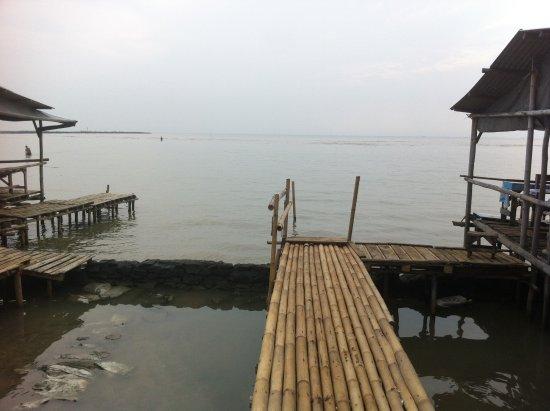 Kejawanan Beach: Dermaga tradisional untuk perahu tradisional
