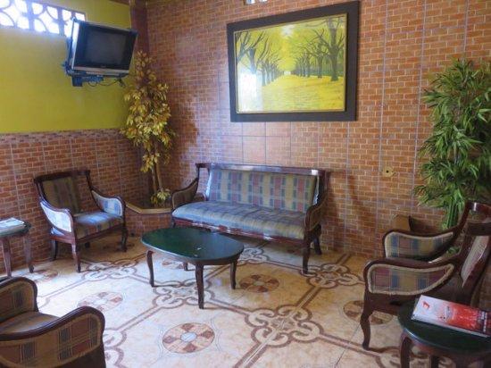 Petit salon télé à côté du jardin-terrasse - Picture of ...