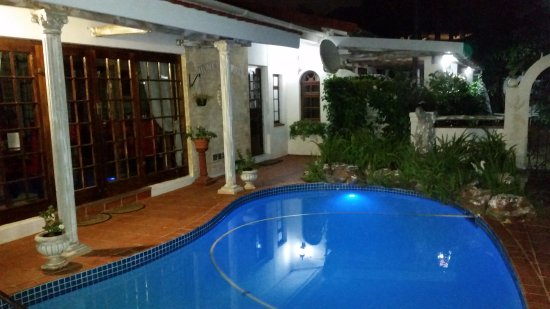 HoneyPot B&B: Pool at night
