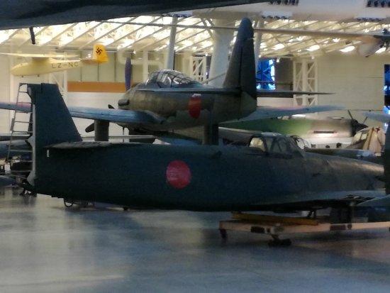 Chantilly, VA: 大戦機のジェット機橘花(エンジンなし)、奥は晴嵐