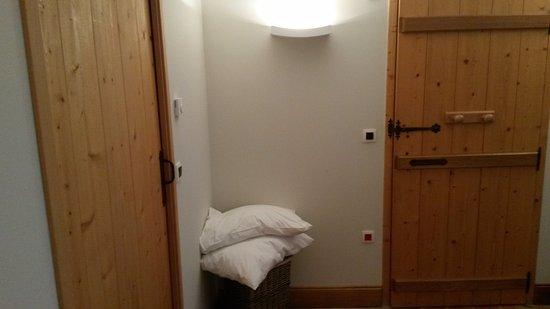 slaapkamer 1 gelijkvloers. Deur links = badkamer, andere is living ...
