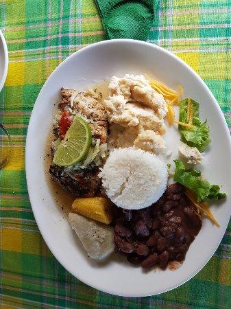 Sainte Marie, Martinique: leckeres essen mit verschiedenen beilagen, toll um probieren :)