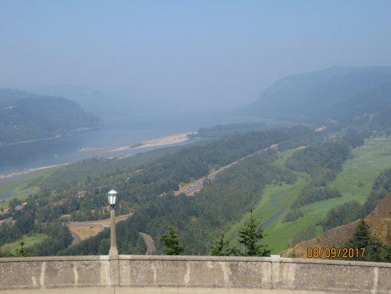 Vista House : Overlooks Columbia River Gorge
