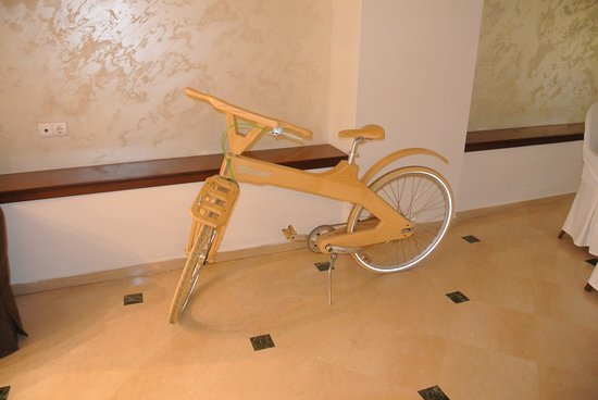 Zaliki Boutique Hotel: A wooden bicycle in the restaurant!