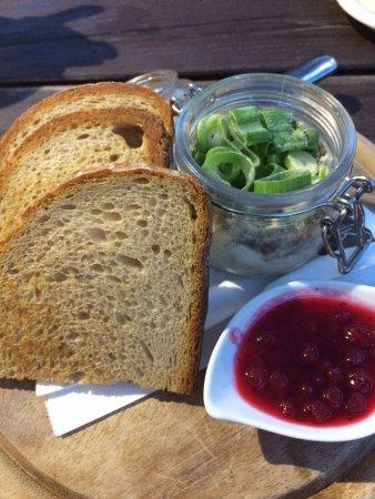 Vimperk, Tschechien: Paštika s jarní cibulkou, brusinkami a opečeným chlebem