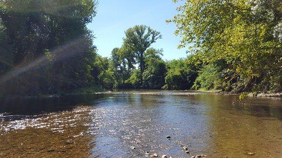 Rochegude, France: la rivière (la seyze) en accès direct au camping