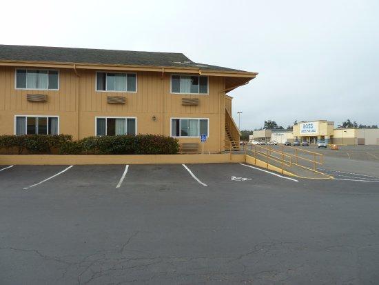 Quality Inn & Suites at Coos Bay: Blick auf den Eingang des hinteren Gebäudes