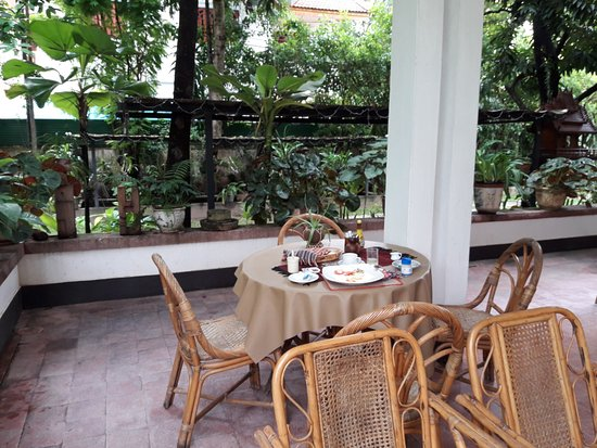 Lani's House By The Ponds: Veranda used for breakfast