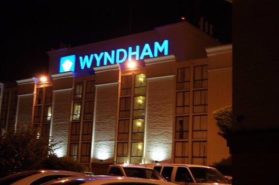 Wyndham Visalia: Sid entrance of the hotel