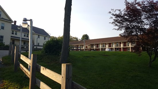 Econo Lodge Sturbridge : View coming up driveway