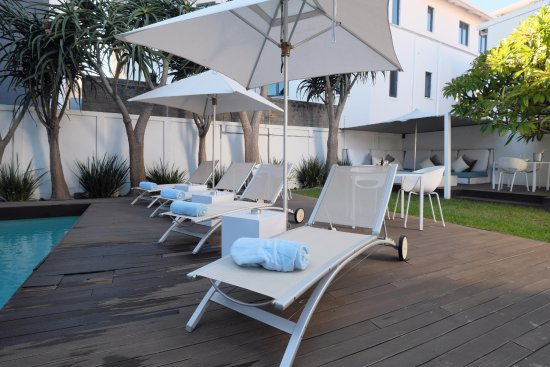 Villa Zest Boutique Hotel: Relax in the loungers before and after your swim