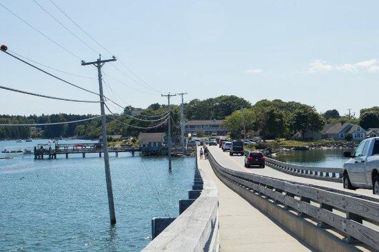 Bailey Island Motel: looking at the Motel as you come across the bridge onto Bailey Island