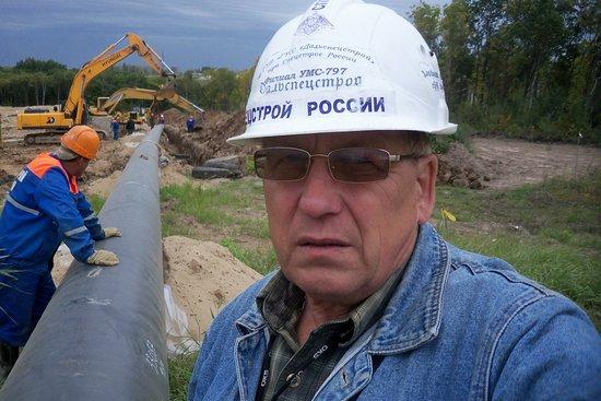 Okha, Rússia: газопровод осенью...