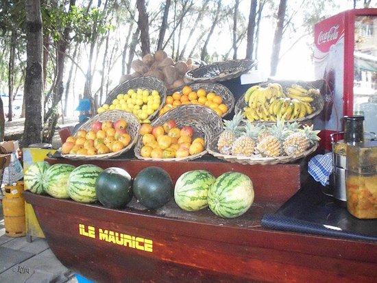 Pereybere Beach: Puesto de fruta en la playa