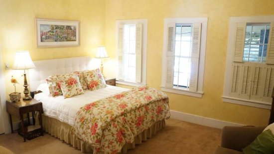 Harkey House Bed and Breakfast: Tuscany Room Private Bath View of Pool