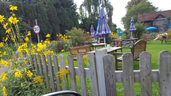 Chipperfield, UK: Pub garden.