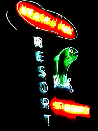 Weasku Inn: neon sign at night