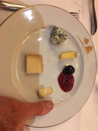 Augerville-la-Riviere, Francia: assiette de fromage, les morceaux sont plus petits que le pouce