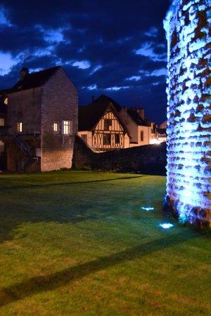 Baune, Francja: Avondverlichting rond het park