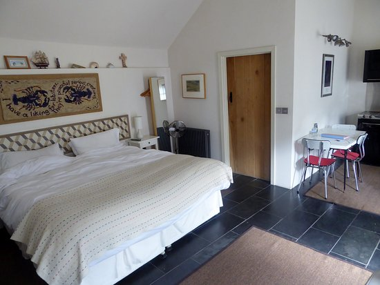 Corsham, UK: Shows Bed, door into ensuite & kitchenette to RHS