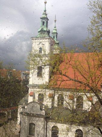 Hotel Matejko: Bella chiesa con ordinatissimo giardino