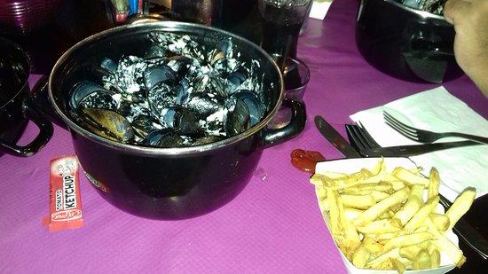 Lili la Moule : Moules à la normande (à la crème, échalotes et vin blanc ) accompagnées de frites