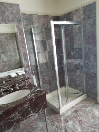Hotel Meyrick: huge bathroom