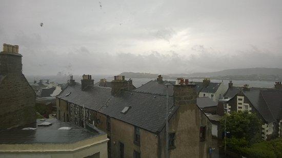 Eddlewood Guest House: Vista dalla finestra con pioggia