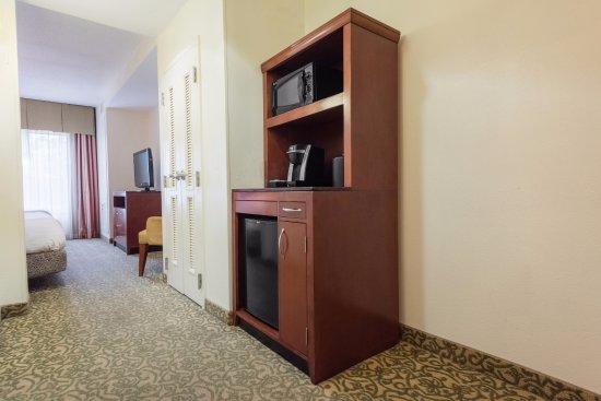 Hilton Garden Inn Meridian: 2 Queen bed junior suite.