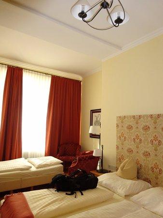 Hotel Villa Florentina: ダブルベッド一台、簡易ベッド一台(3人利用)