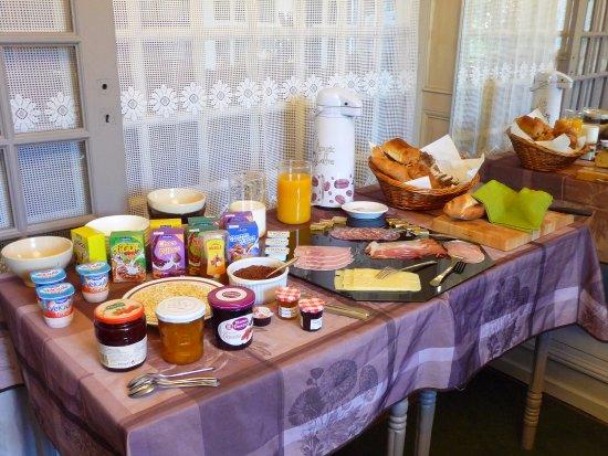 Saint-Honore-les-Bains, France: Un vrai petit déjeuner!